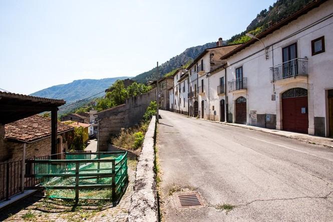 Lạnh người với 'thị trấn ma' ở Italy sau thảm hỏa động đất - ảnh 15