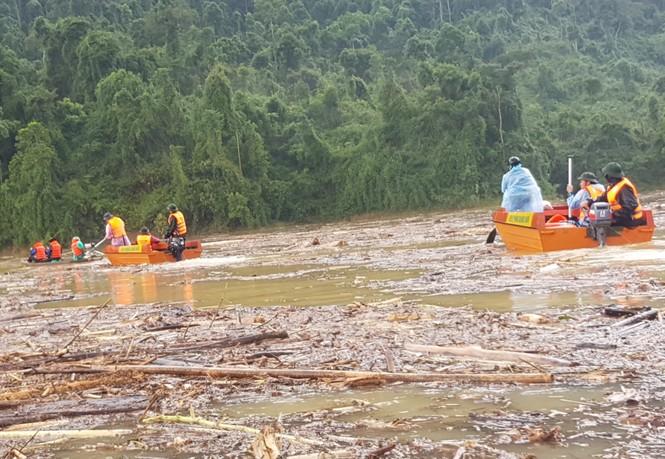 Tìm thi thể nạn nhân vụ sạt lở giữa lòng hồ thuỷ điện dày đặc cây rừng - ảnh 3