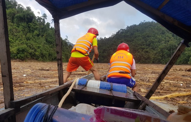 Tìm thi thể nạn nhân vụ sạt lở giữa lòng hồ thuỷ điện dày đặc cây rừng - ảnh 13