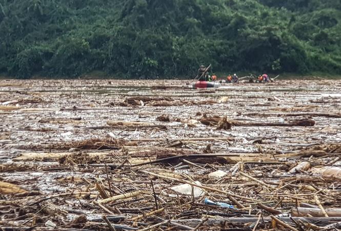 Tìm thi thể nạn nhân vụ sạt lở giữa lòng hồ thuỷ điện dày đặc cây rừng - ảnh 5