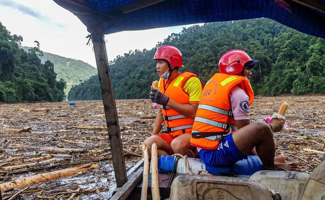 Tìm thi thể nạn nhân vụ sạt lở giữa lòng hồ thuỷ điện dày đặc cây rừng - ảnh 15