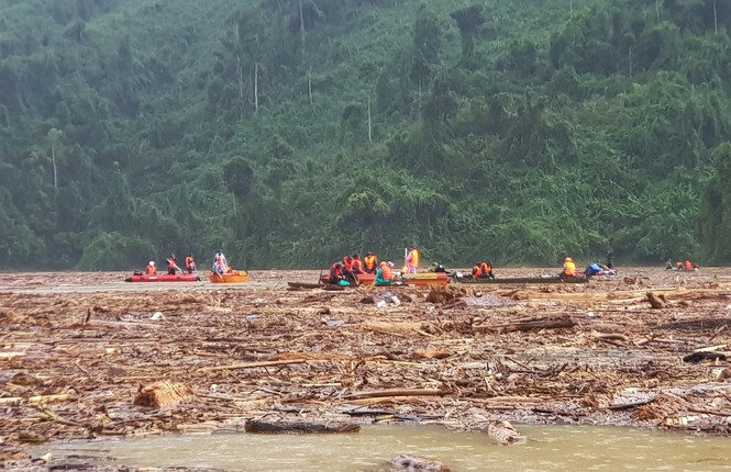 Tìm thi thể nạn nhân vụ sạt lở giữa lòng hồ thuỷ điện dày đặc cây rừng - ảnh 6
