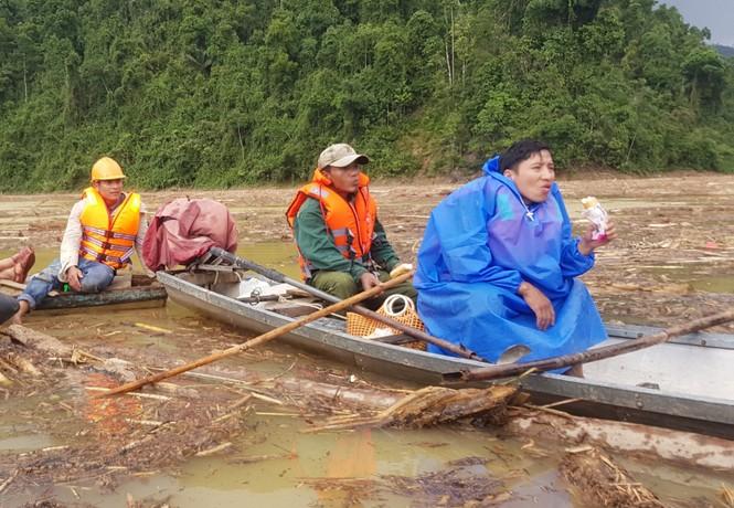 Tìm thi thể nạn nhân vụ sạt lở giữa lòng hồ thuỷ điện dày đặc cây rừng - ảnh 14
