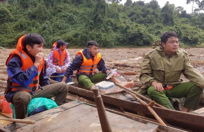Tìm thi thể nạn nhân vụ sạt lở giữa lòng hồ thuỷ điện dày đặc cây rừng - ảnh 17