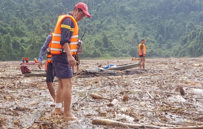 Tìm thi thể nạn nhân vụ sạt lở giữa lòng hồ thuỷ điện dày đặc cây rừng - ảnh 11