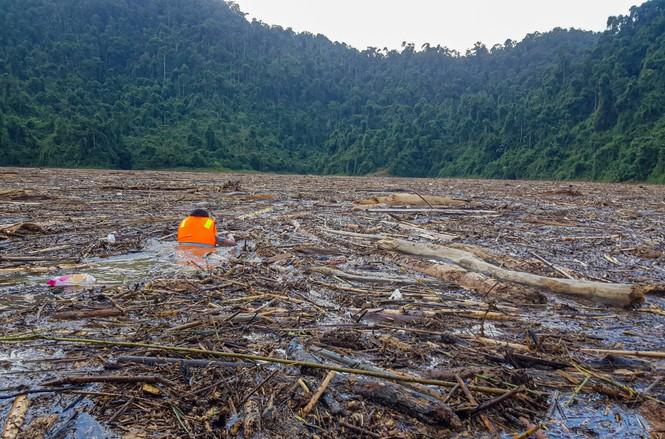 Tìm thi thể nạn nhân vụ sạt lở giữa lòng hồ thuỷ điện dày đặc cây rừng - ảnh 4
