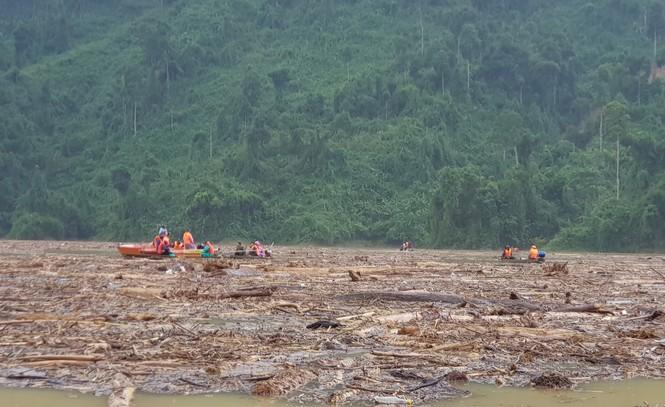 Tìm thi thể nạn nhân vụ sạt lở giữa lòng hồ thuỷ điện dày đặc cây rừng - ảnh 7