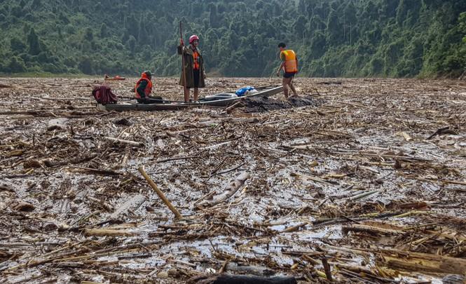 Tìm thi thể nạn nhân vụ sạt lở giữa lòng hồ thuỷ điện dày đặc cây rừng - ảnh 8