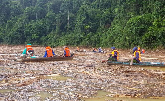 Tìm thi thể nạn nhân vụ sạt lở giữa lòng hồ thuỷ điện dày đặc cây rừng - ảnh 1