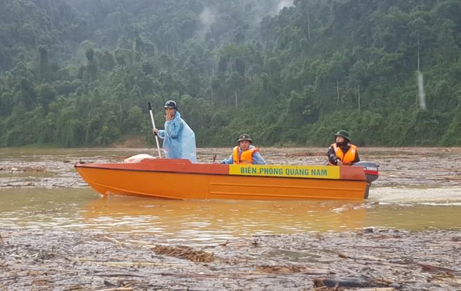Tìm thi thể nạn nhân vụ sạt lở giữa lòng hồ thuỷ điện dày đặc cây rừng - ảnh 2