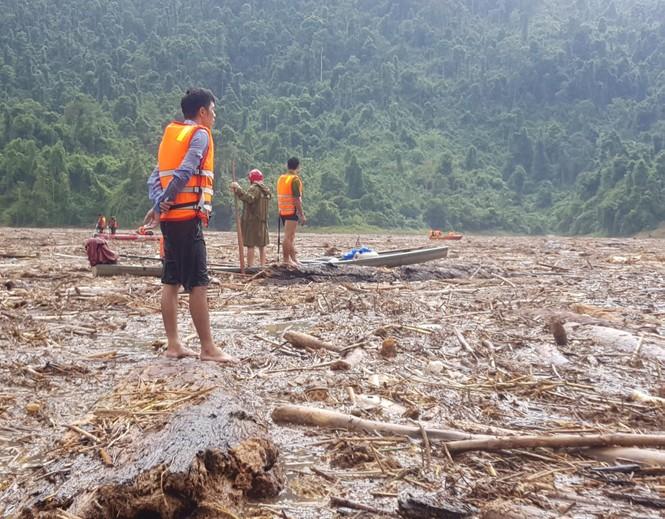 Tìm thi thể nạn nhân vụ sạt lở giữa lòng hồ thuỷ điện dày đặc cây rừng - ảnh 12
