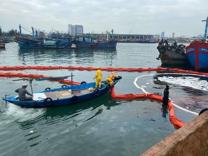 Khẩn trương xử lý sự cố tràn dầu trên âu thuyền, cảng cá Thọ Quang - ảnh 1