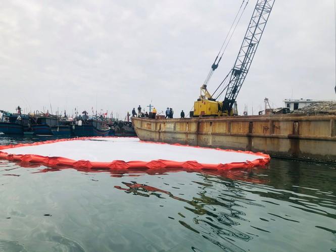 Khẩn trương xử lý sự cố tràn dầu trên âu thuyền, cảng cá Thọ Quang - ảnh 2