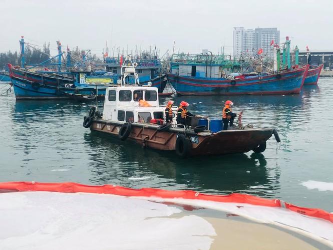 Khẩn trương xử lý sự cố tràn dầu trên âu thuyền, cảng cá Thọ Quang - ảnh 7
