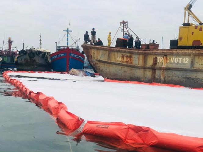 Khẩn trương xử lý sự cố tràn dầu trên âu thuyền, cảng cá Thọ Quang - ảnh 5