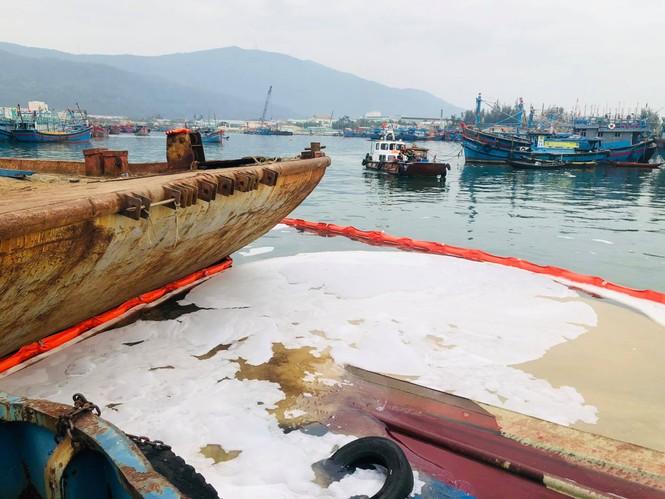 Khẩn trương xử lý sự cố tràn dầu trên âu thuyền, cảng cá Thọ Quang - ảnh 6