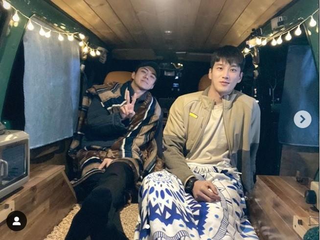 Sao Hàn 24H qua: Diễn viên Itaewon thân thiết với Sehun (EXO), Ji Chang Wook khoe ảnh đi b - ảnh 5