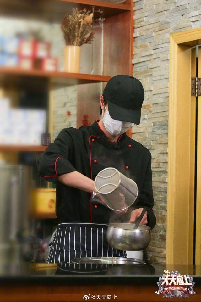 Vương Nhất Bác cùng nữ y tá viết nên câu chuyện ngọt ngào sau ngày chống dịch - ảnh 2