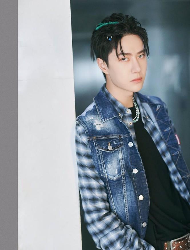 Diện đồ phá cách, cá tính nhưng Vương Nhất Bác lại bị netizen