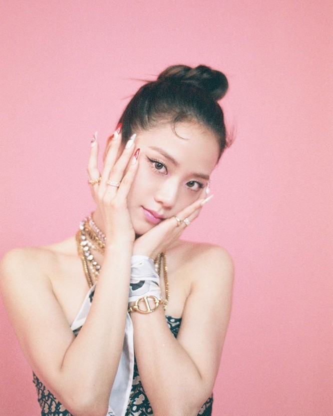 """Chỉ có thể là Jisoo (BLACKPINK): ảnh chụp hậu trường còn đẹp hơn cả trong MV """"Ice cream"""" - ảnh 1"""
