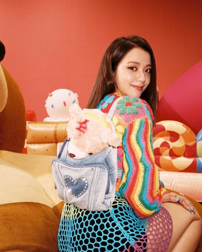 """Chỉ có thể là Jisoo (BLACKPINK): ảnh chụp hậu trường còn đẹp hơn cả trong MV """"Ice cream"""" - ảnh 5"""