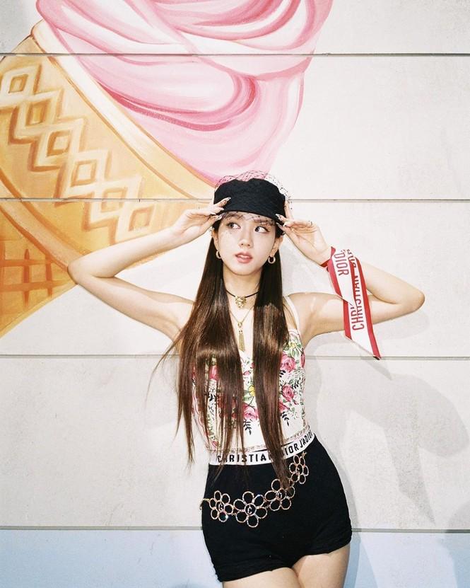 """Chỉ có thể là Jisoo (BLACKPINK): ảnh chụp hậu trường còn đẹp hơn cả trong MV """"Ice cream"""" - ảnh 7"""