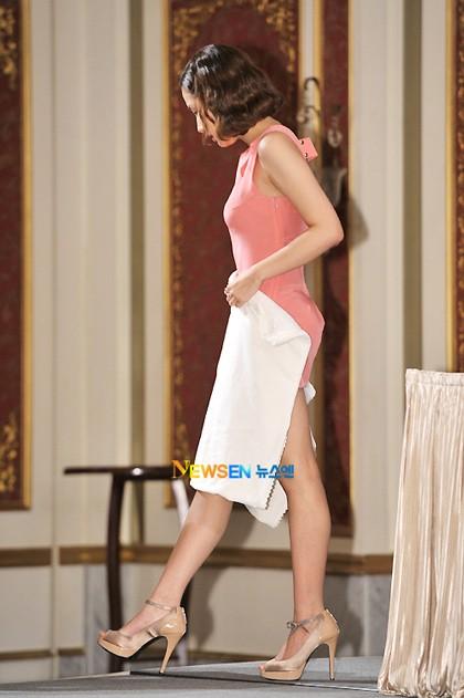 """Đến sao Hàn cũng nhiều phen khốn đốn vì diện váy ngắn mà quên """"chiếc chăn thần thánh"""" - ảnh 2"""