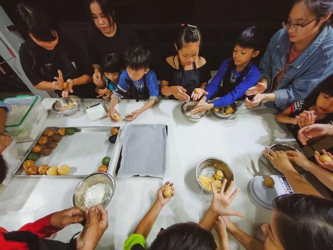 Khoảnh khắc lần đầu làm bánh trung thu của các em ở lớp học tình thương Rạch Ông - ảnh 1