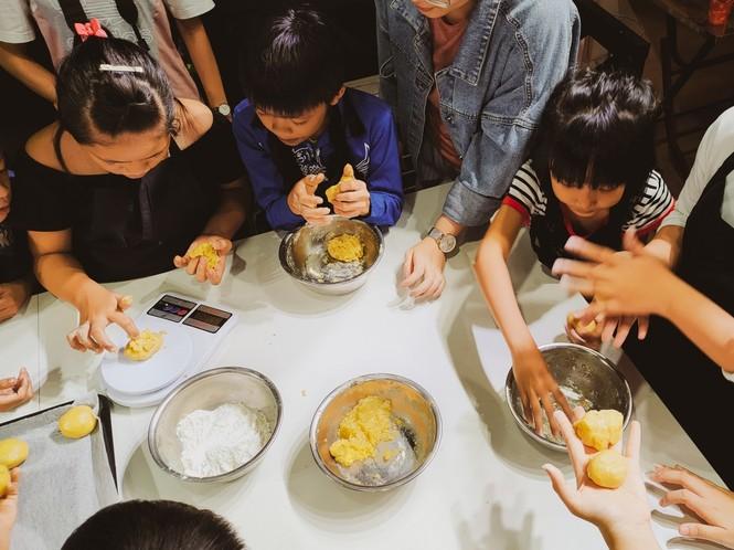 Khoảnh khắc lần đầu làm bánh trung thu của các em ở lớp học tình thương Rạch Ông - ảnh 2