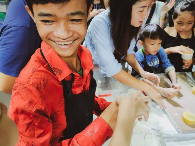 Khoảnh khắc lần đầu làm bánh trung thu của các em ở lớp học tình thương Rạch Ông - ảnh 3