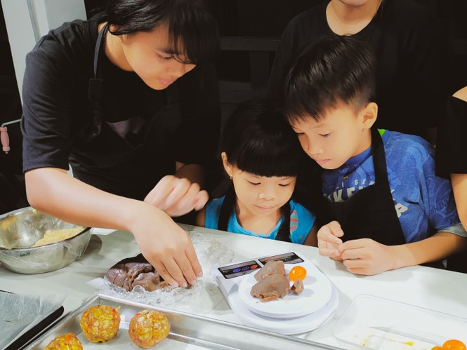 Khoảnh khắc lần đầu làm bánh trung thu của các em ở lớp học tình thương Rạch Ông - ảnh 4