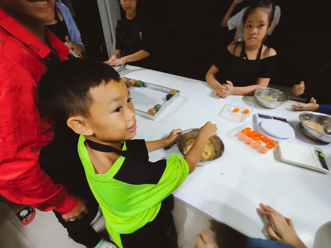 Khoảnh khắc lần đầu làm bánh trung thu của các em ở lớp học tình thương Rạch Ông - ảnh 5