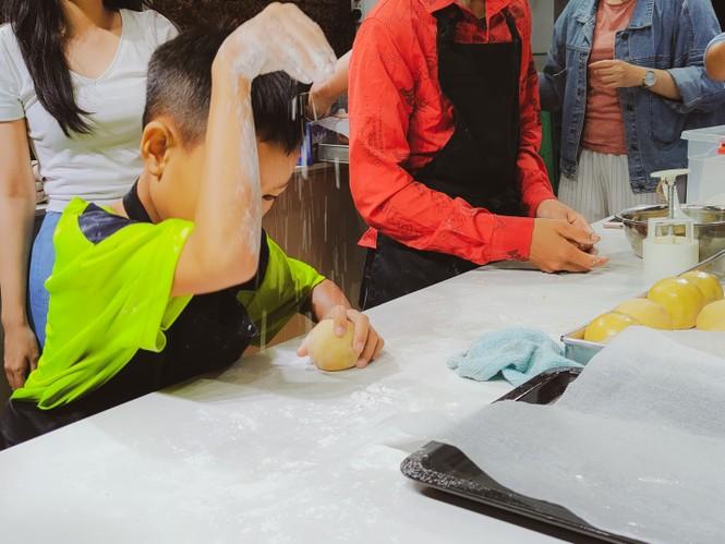 Khoảnh khắc lần đầu làm bánh trung thu của các em ở lớp học tình thương Rạch Ông - ảnh 6