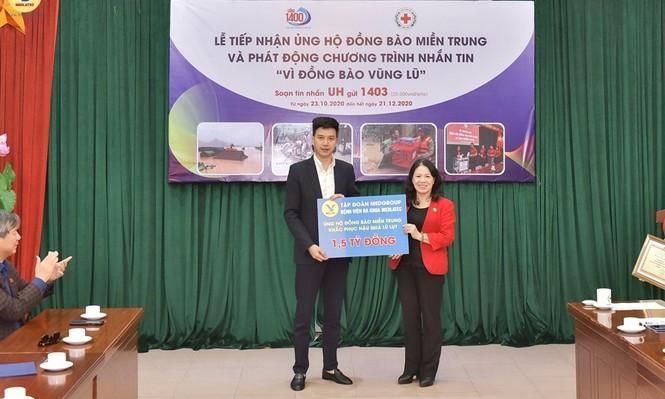 Đại diện tập đoàn MED GROUP trao 1,5 tỷ đồng tới Hội Chữ Thập đỏ Việt Nam - ảnh 1