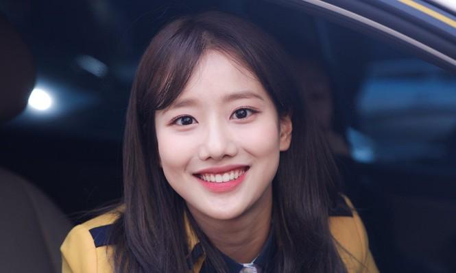 Fan sửng sốt khi Naeun (April) làm động tác tế nhị trước máy quay: Đáng yêu hay quá đà? - ảnh 1