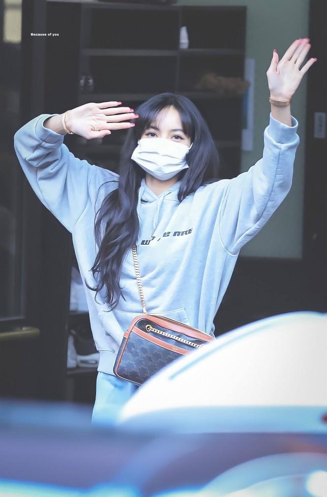 Lisa bỗng dưng chuyển sang tóc mái thưa, mới được trả 5 tỷ won hay sao mà chịu lộ trán? - ảnh 7