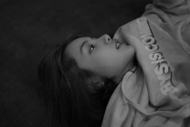 Lisa bỗng dưng chuyển sang tóc mái thưa, mới được trả 5 tỷ won hay sao mà chịu lộ trán? - ảnh 8