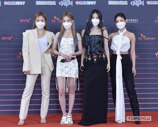 SM Ent có thù oán gì với thảm đỏ mà nhất định phải cho idol nhà mình mặc siêu xấu? - ảnh 1