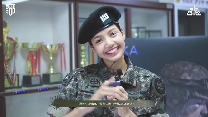 """Nhìn lại Lisa (BLACKPINK) trong """"Sao Nhập Ngũ"""" bản Hàn: Mặt mộc xinh xỉu, sức khỏe vô biên - ảnh 7"""