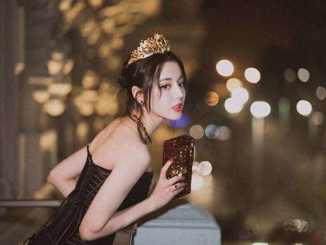 Mỗi lần đeo vương miện, Địch Lệ Nhiệt Ba đều gây thương nhớ vì nhan sắc quá lộng lẫy - ảnh 1