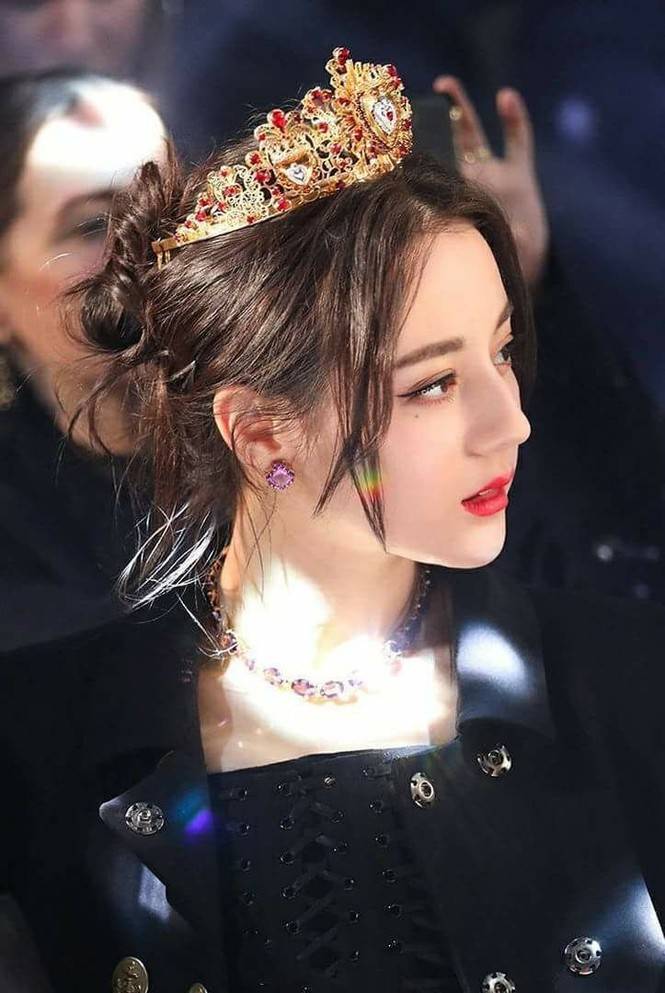 Mỗi lần đeo vương miện, Địch Lệ Nhiệt Ba đều gây thương nhớ vì nhan sắc quá lộng lẫy - ảnh 3