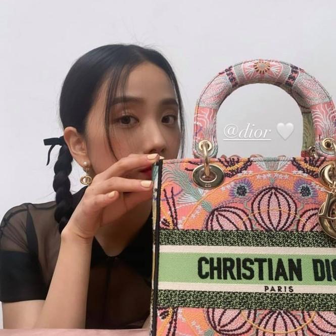 Cùng xách túi Dior nhưng vì đâu Jisoo được khen còn Triệu Lệ Dĩnh bị bảo thiếu khí chất? - ảnh 7