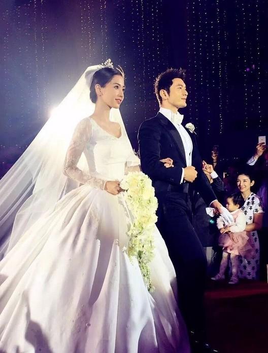 Cả Angela Baby và Huỳnh Hiểu Minh đều lộ hành động bất thường cho thấy hôn nhân trục trặc - ảnh 1