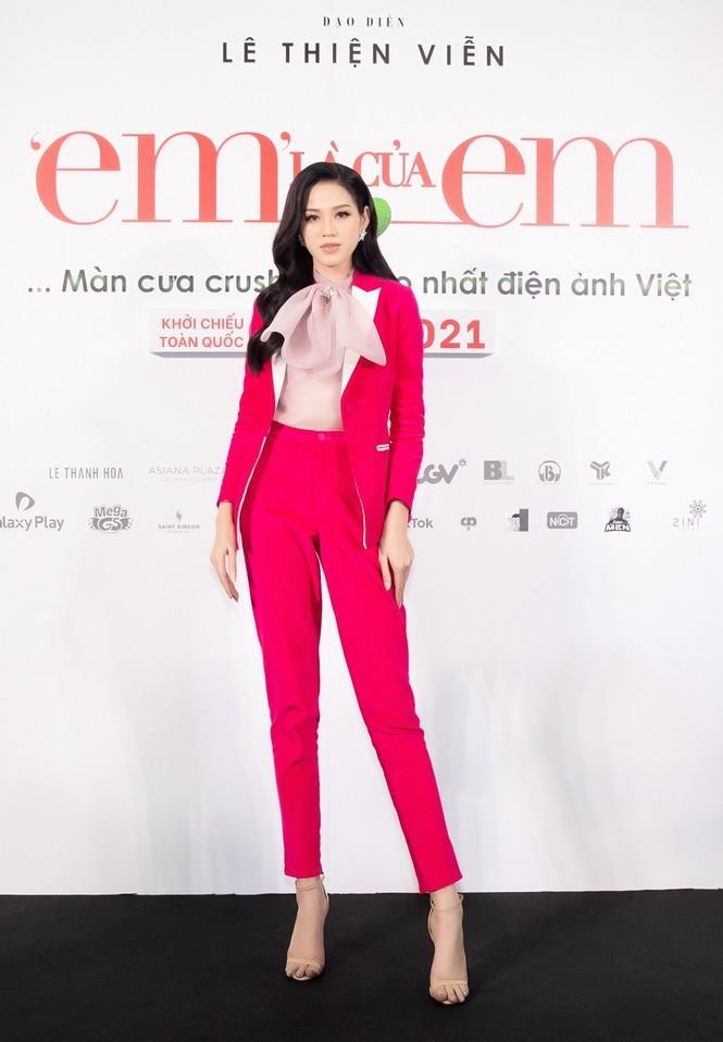 Hoa hậu Đỗ Thị Hà chọn lựa trang phục khéo thế nào mà được netizen khen tấm tắc? - ảnh 2