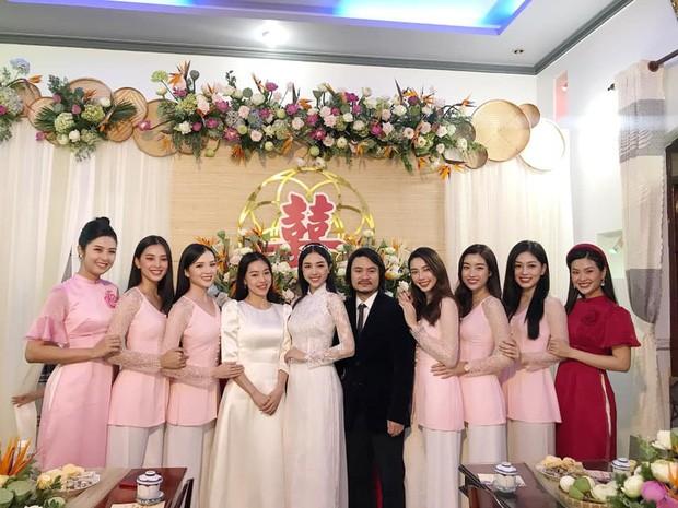"""Hoa hậu Tiểu Vy, Mỹ Linh làm """"con gái miền Tây"""" xinh hết nấc trong đám cưới Á hậu Thúy An - ảnh 1"""