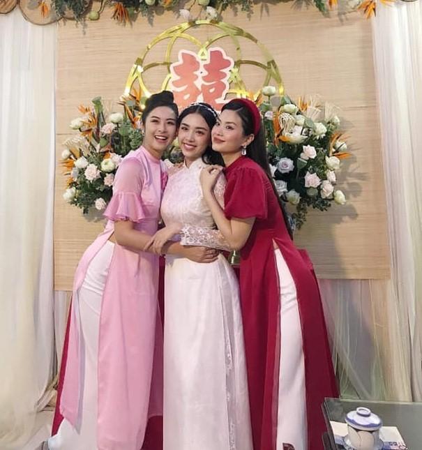 """Hoa hậu Tiểu Vy, Mỹ Linh làm """"con gái miền Tây"""" xinh hết nấc trong đám cưới Á hậu Thúy An - ảnh 6"""