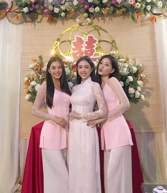 """Hoa hậu Tiểu Vy, Mỹ Linh làm """"con gái miền Tây"""" xinh hết nấc trong đám cưới Á hậu Thúy An - ảnh 2"""