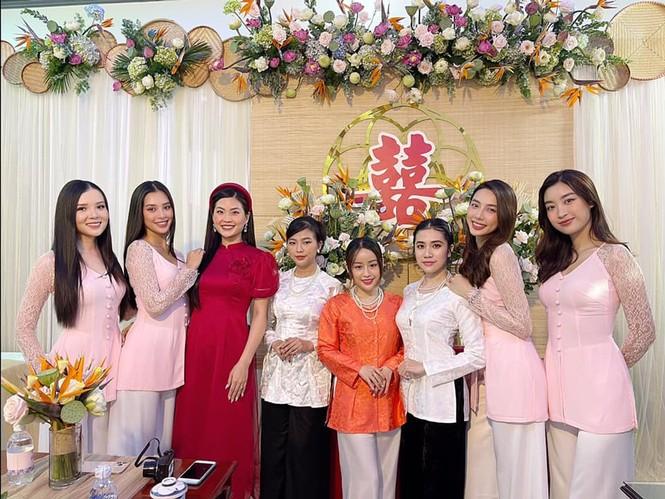 """Hoa hậu Tiểu Vy, Mỹ Linh làm """"con gái miền Tây"""" xinh hết nấc trong đám cưới Á hậu Thúy An - ảnh 5"""