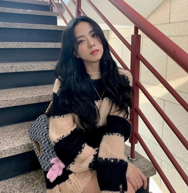 """Sooyoung hai lần đụng hàng Jisoo: Đẳng cấp của SNSD lẫn BLACKPINK đúng """"đỉnh của chóp"""" - ảnh 1"""
