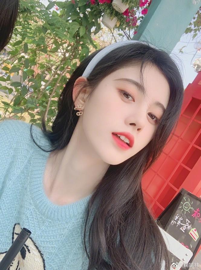 """Jisoo vô tình diện đúng mẫu áo len xanh Gucci ồn ào của """"mỹ nữ 4000 năm"""" Cúc Tịnh Y  - ảnh 5"""